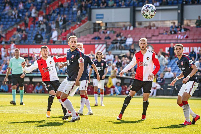 Bryan Linssen van Feyenoord is dichtbij de 2-1, maar mikt de bal net over.  Beeld Guus Dubbelman / de Volkskrant