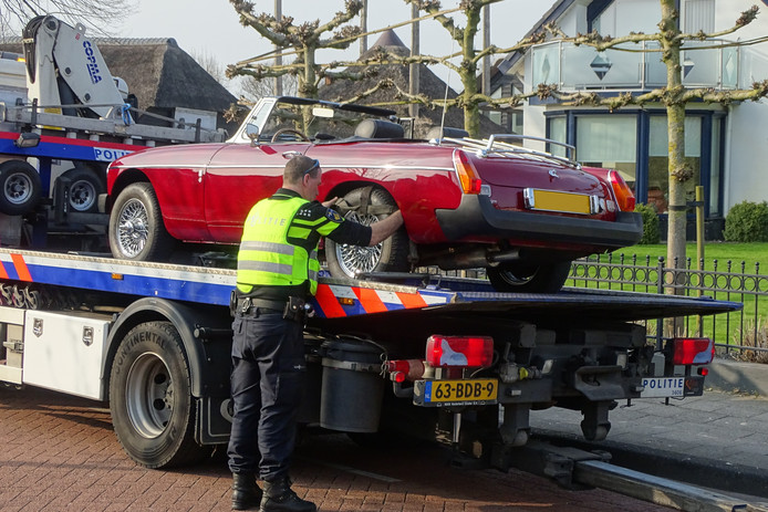 De FIOD en het OM legden beslag op meerdere dure auto's.