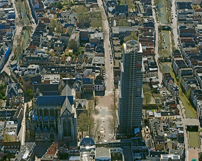 Utrecht in coronatijd. De domtoren in steigers, het lege Domplein en de gesloten Domkerk.