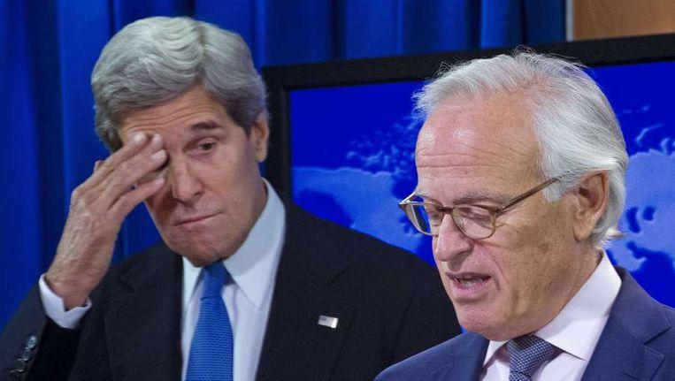 John Kerry en Martin Indyk tijdens een persconferentie. Beeld afp