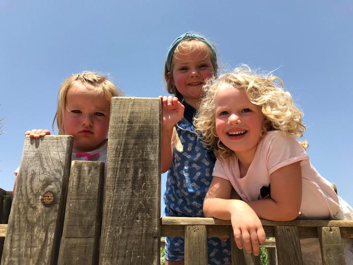 De dames Jasmijn, Elfira en Maxime staan op de uitkijk op Ibiza.