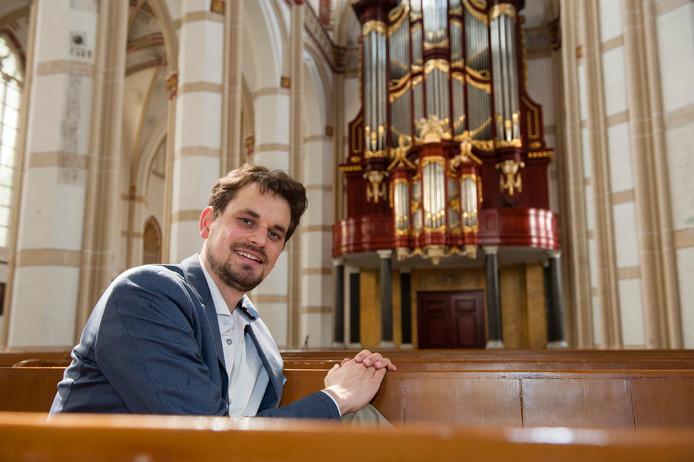Organist Hugo Bakker bij het orgel van de Sint-Maartenskerk in Zaltbommel.