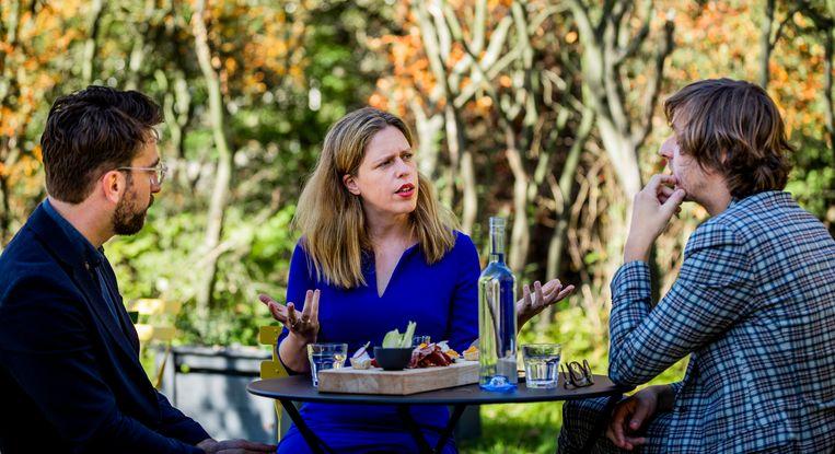 Minister Carola Schouten van Landbouw, Natuur en Voedselkwaliteit (ChristenUnie) in gesprek met Joris Lohman (l) en Hidde Boersma. Beeld Freek van den Bergh