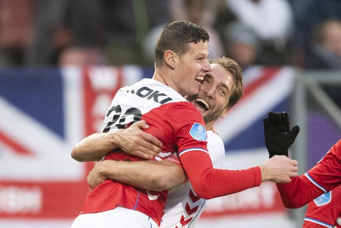 Nick Venema (l) wordt gefeliciteerd door Willem Janssen na zijn eerste eredivisiegoal.