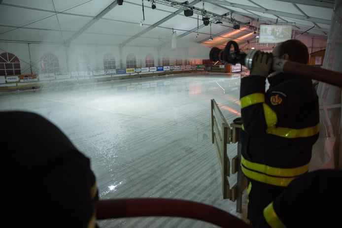 Brandweer helpt schaatsbaan in Roosendaal.