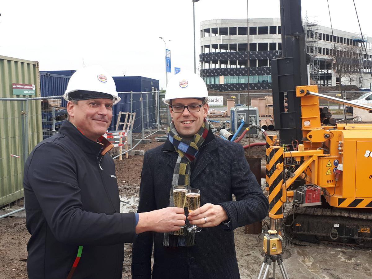 Hans Miete (links) en wethouder Derk Alssema proosten op het slaan van de eerste paal.
