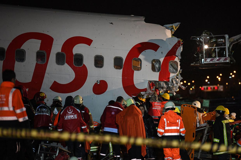 Reddingswerkers bij het Pegasus Airlines Boeing 737 vliegtuig.