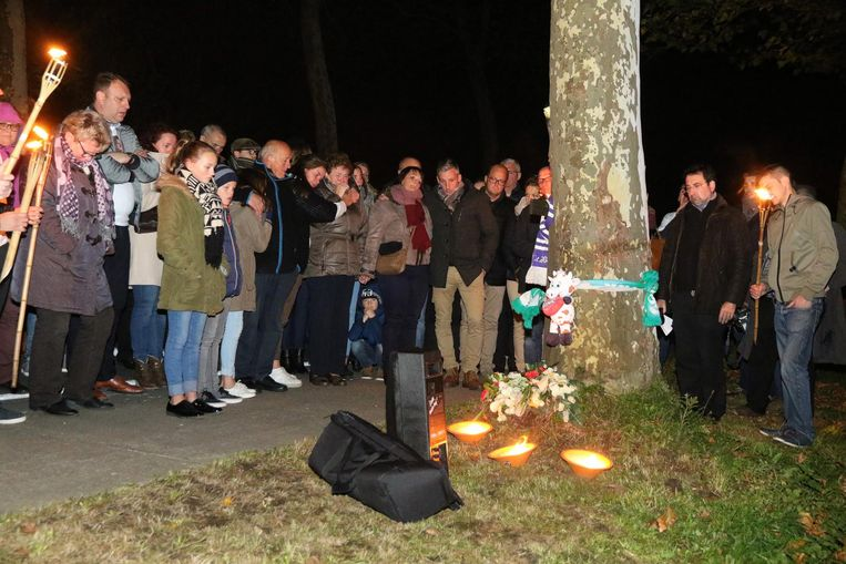 Op de plaats van het ongeval in de Armentierseweg legden de familie en vrienden van Jorn Bertier bloemen neer.