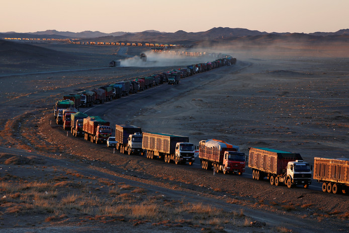 Het ziet eruit als een kilometerslange trein. Maar het is een konvooi met meer dan duizend vrachtwagens vol met steenkool die achter elkaar van China naar de Gobi-woestijn in Mongolië rijden. Foto B. Rentsendorj