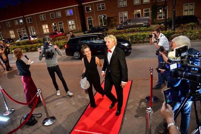 Regisseur Tim Klok en zijn partner wandelen over de rode loper bij het Natlab voor de première van De Blauwe Maagd.