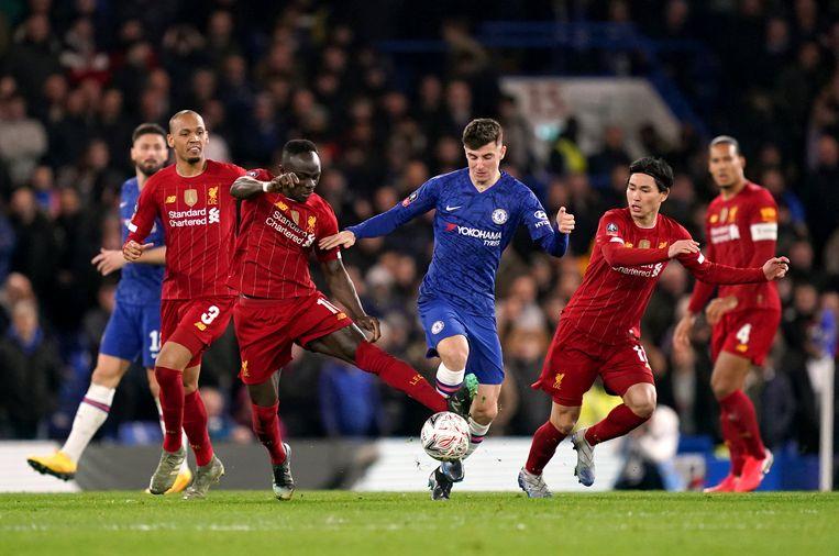 Chelsea-speler Mason Mount jaagt Liverpool-aanvaller Mané op, terwijl Takumi Minamino toekijkt. Beeld BSR Agency