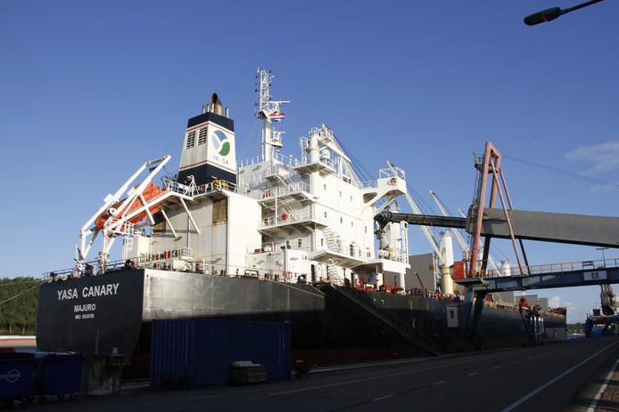 Een zeeschip laadt kunstmest bij Yara in Sluiskil.