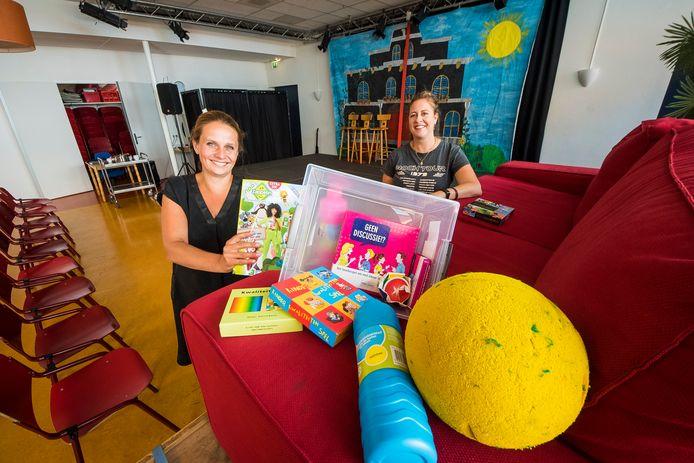 Directeur Mijke Pleijhuis van Brede school 'Breedwijs Zuid Berghuizen' (links) en Linda Rijssemus coördinator van de eerste Vakantieklas in Oldenzaal voor kwestbare kinderen van de basisscholen.