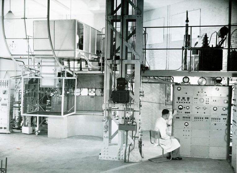 De magnetische isotopenscheider in bedrijf bij Amolf, Amsterdam, circa 1953. Beeld Amolf