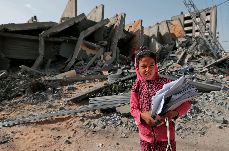 Een Palestijns meisje staat voor het puin van een gebouw dat werd vernietigd tijdens de Israëlische luchtaanvallen in Gaza-stad.