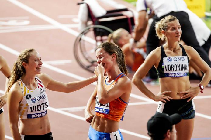 Emma Oosterwegel wordt door andere meerkampsters gefeliciteerd met haar verrassende zevende plek.
