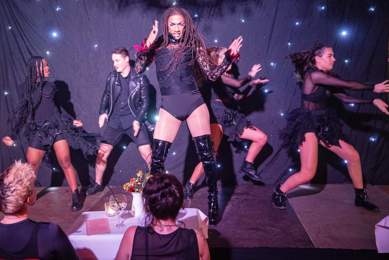 De Budelse queen T'aaliyah Mora Jones (midden) tijdens de dragshow Moulin Rough in het Ketelhuis.
