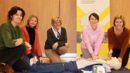 Verpleegkundeschool Aleydis zorgt voor AED-toestel in Beernegemstraat