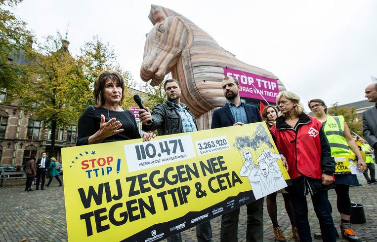 Actievoerders die zich protesteerden tegen TTIP overhandigden in 2015 ook al handtekeningen aan minister Ploumen. Beeld ANP