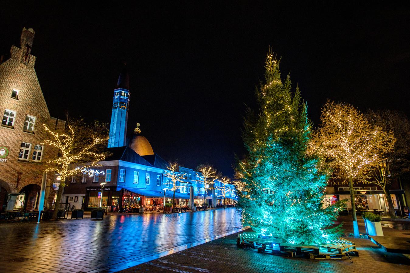 Sinds gisteren staat hij er, de kerstboom op het Raadhuisplein. Blauw uitgelicht uiteraard.