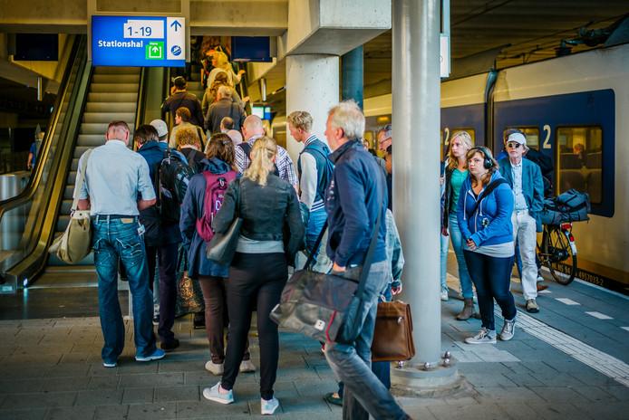 Drukte op het Centraal Station van Utrecht nu de vakantie is afgelopen.