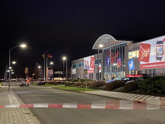 Het gebouw van Omroep Flevoland werd afgezet vanwege een stuk vuurwerk in de auto van een medewerker.