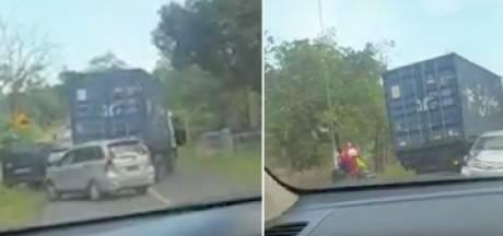Un camion incontrôlable percute plusieurs véhicules et blesse trois personnes