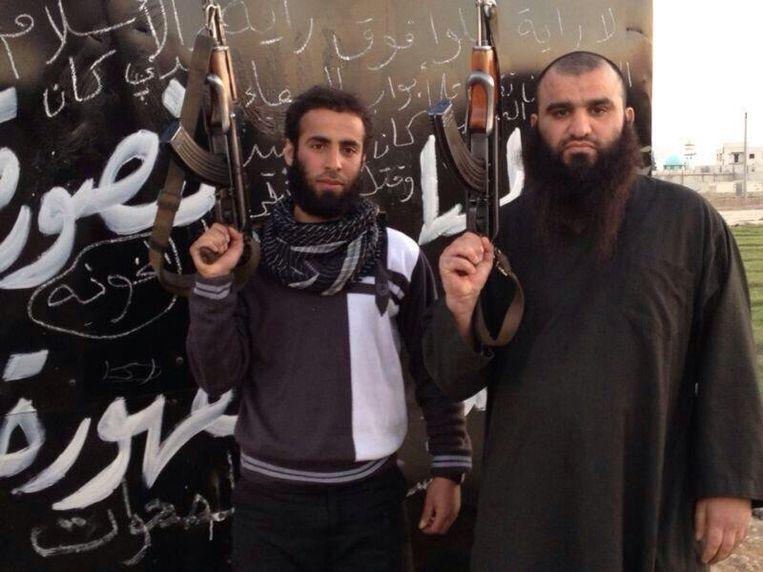 Khalid K. (rechts) met een andere strijder. Beeld Twitter.