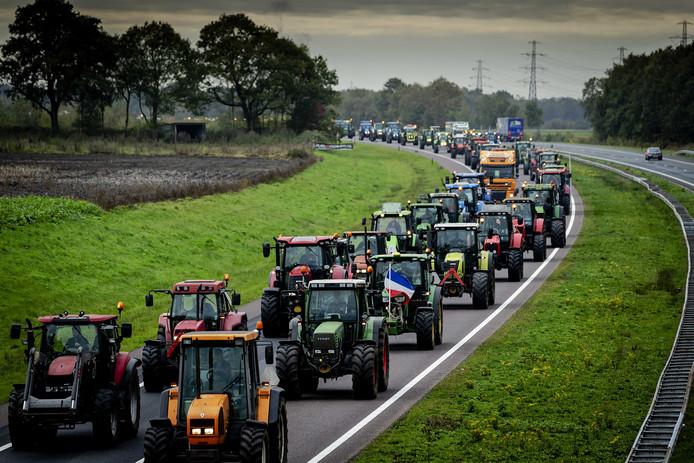 Boeren rijden over de A28 naar het verzamelpunt op het veld naast het TT-circuit in Assen voorafgaand aan een protest bij het provinciehuis van Drenthe.