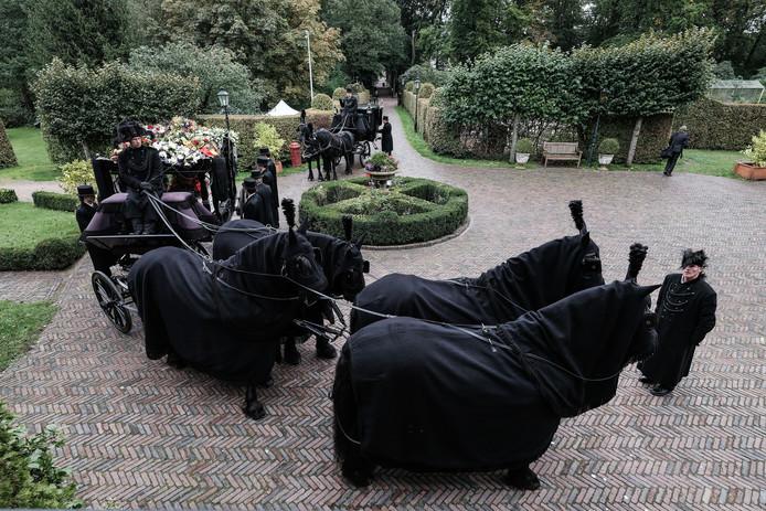 In een koets voortgetrokken door vier gitzwarte Friese paarden werd jonkheer Floris woensdagmorgen vanaf zijn geliefde kasteel De Kelder naar hartje Doetinchem gebracht. In de bomvolle Catharinakerk volgde daarop een afscheidsdienst.