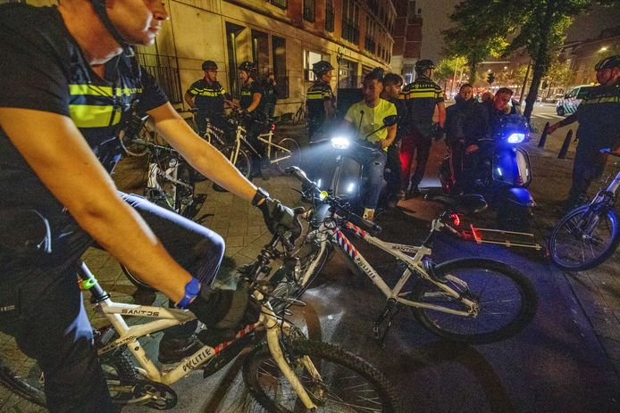 Politie in de Schilderswijk de dag nadat de Mobiele Eenheid voor de tweede avond op rij in de wijk in actie moest komen.