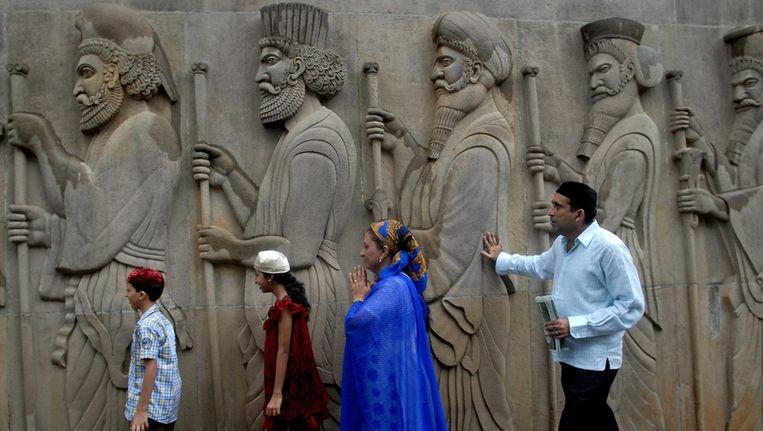 Een Zoroastrische familie bezoekt tijdens Pateti de vuurtempel in Mumbai. Beeld null