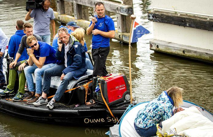 Maarten van der Weijden werd vorig jaar door de Zwolse huisarts Marco Blanker (bellend op het bootje) uit het water gehaald na 163 kilometer.