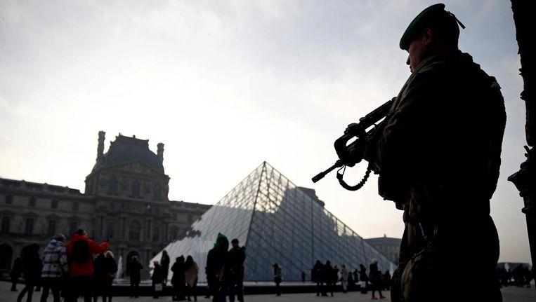 Een soldaat bij Het Louvre. Beeld epa