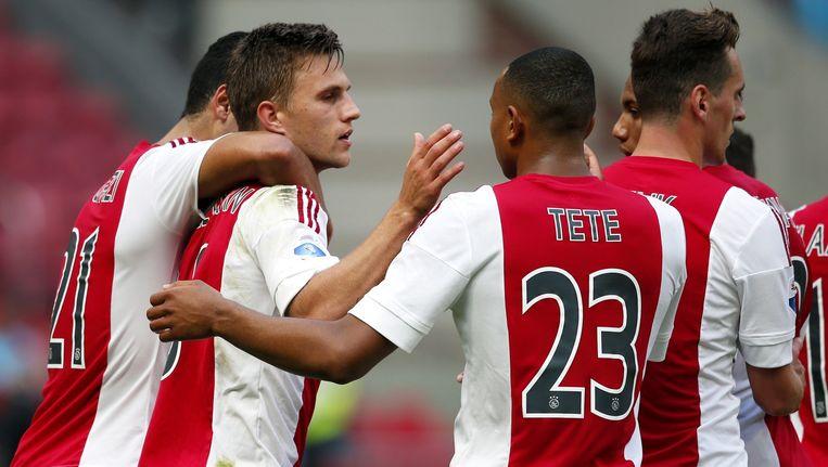 Ajax-speler Joel Veltman viert zijn doelpunt (3-0) met Anwar el Ghazi en Kenny Tete in de wedstrijd tegen ADO Den Haag. Beeld ANP