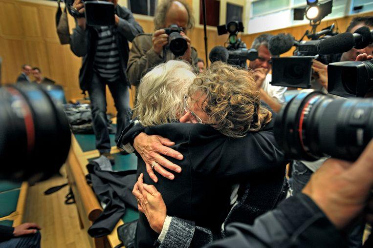 Ina Post valt in de armen van een van haar medestanders na haar vrijspraak in de rechtbank van de Bosch. Beeld Raymond Rutting / de Volkskrant