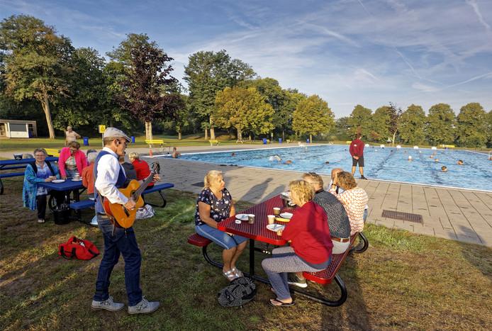 De sfeer zat er goed in bij de dauwzwemmers tijdens de afsluiting van het seizoen in zwembad Het Run in Drunen.