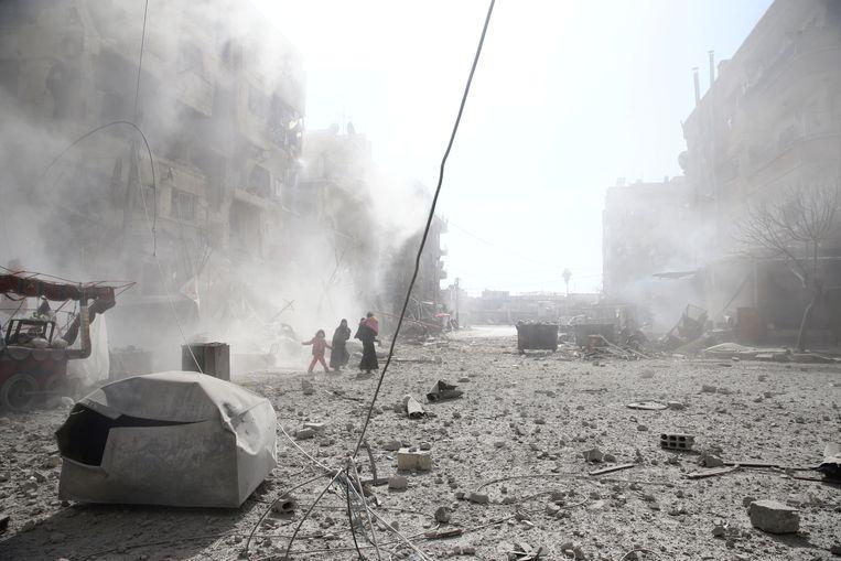 Archiefbeeld: bewoners tussen het puin na een luchtaanval op Damascus in februari 2018.