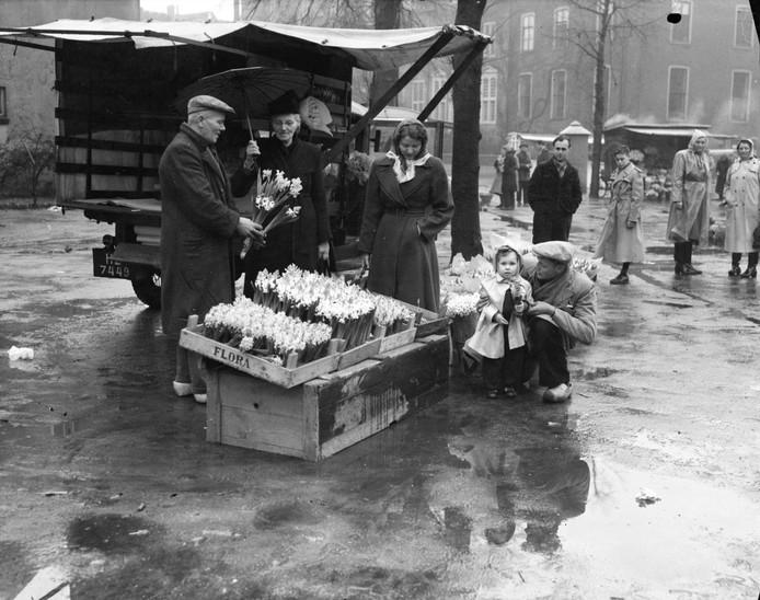 Bloemenkoopman Piet van Klaveren in de crisisjaren of wellicht in het eerste oorlogsjaar.