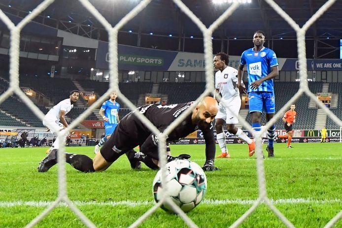 Bolat laat de houdbare poging van Murillo onder z'n lichaam glippen: 0-1 voor Anderlecht.