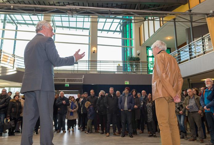 Burgemeester Hans van der Hoeve (grijs pak) spreekt vrijdag sympathisanten van de familie Israël toe. Rechts: Theo Peursum.