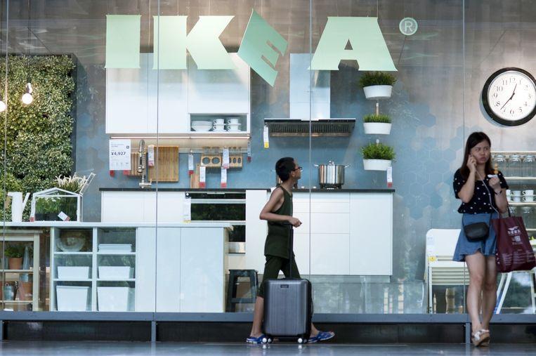 Voorbijgangers passeren een Ikea-filiaal in Guangzhou, China. Beeld Hollandse Hoogte