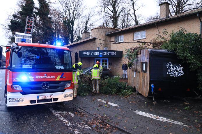 De brandweer kwam ter plaatse om het gevaarte te verwijderen. Op de achtergrond kijkt restaurantuitbater Van Snick toe.