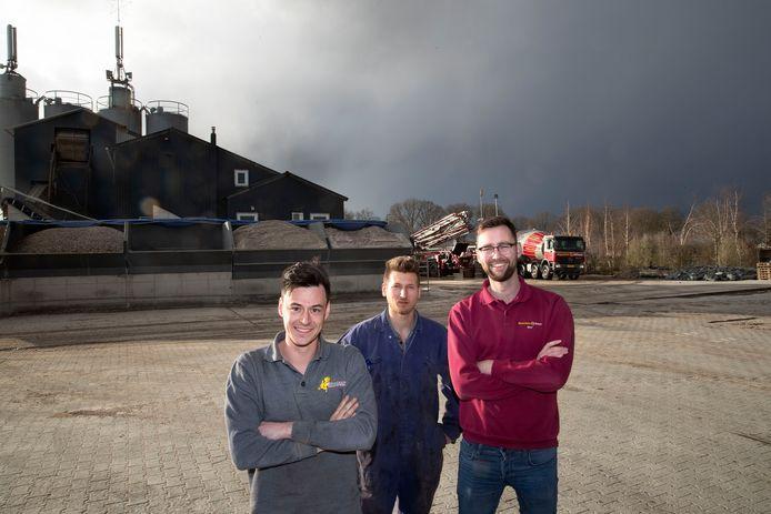 Rob (links) en Kees Roijackers (midden) en Stef Reijnders op hun bedrijfsterrein in Milheeze.
