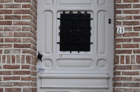 Op de deur zitten bloedsporen van het slachtoffer.