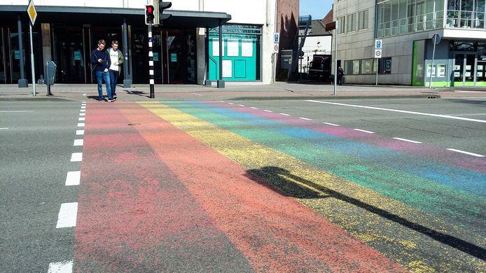 Het regenboogzebrapad (ook wel gaybrapad genoemd) op het Velperplein in Arnhem.