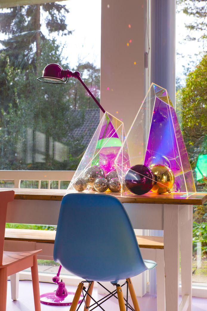 Gebruik de discobal als decoratie op een bureau en laat hem spelen met het licht, raadt Marlous Snijder aan.