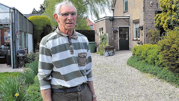 Ted van Marrewijk op de plek waar hij de inbrekers in de kraag vatte. Hij is niet van plan met zich te laten sollen: 'Ik ben niet zo snel bang'