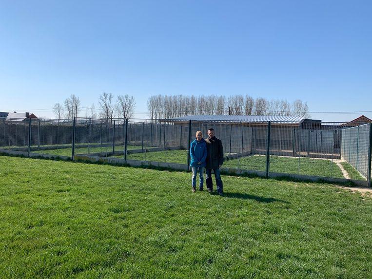 Benny en Judith op een lege speelweide in De Roelhoeve.