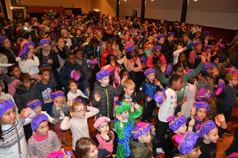 Een massa kinderen verzamelden in zaal Den Breughel voor Sinterklaas.